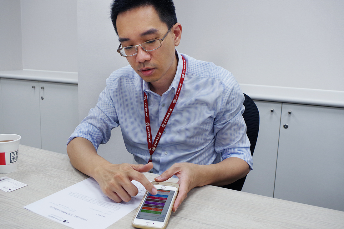 Manager Mr. Su demonstrates how to view other colleagues' schedule using Google Calendar app on the mobile phone