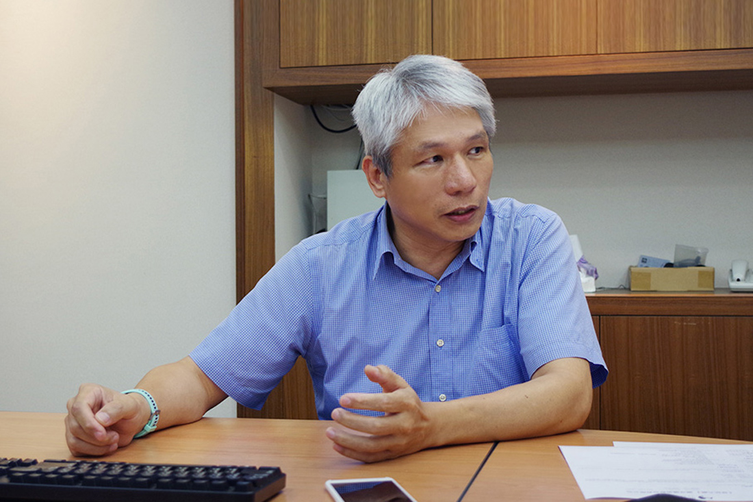 The photograph shows Mr. Chen sharing on the spam mail issue